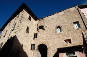 Agosta, Dalle facciate delle case si identificano le mura del vecchio castello