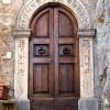 Jenne: Un tipico portale bugnato nel centro storico